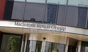 Reclame van Macintosh Retail Group boven de ingang van het hoofdgebouw