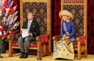 2016-09-20 12:27:59 DEN HAAG - Koning Willem-Alexander leest, met aan zijn zijde koningin Maxima, de troonrede voor op Prinsjesdag aan leden van de Eerste en Tweede Kamer in de Ridderzaal. ANP ROYAL IMAGES SANDER KONING